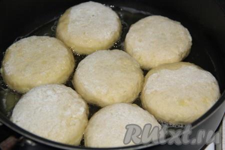 Выложить картофельные пирожки с капустой в сковороду с добавлением растительного масла.