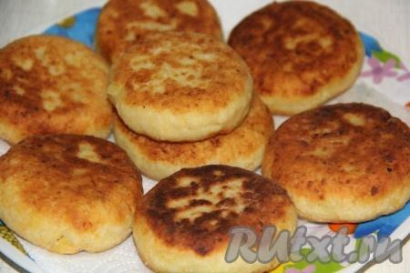 Готовые картофельные пирожки с капустой переложить со сковороды на бумажную салфетку, чтобы удалить лишний жир.