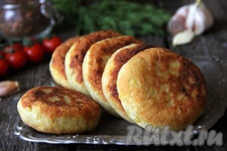 Аппетитные, сытные картофельные пирожки с капустой вкусны и в горячем, и в холодном виде.