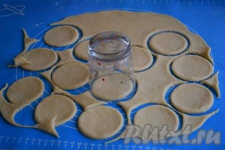 При помощи стакана (или формочки) вырезаем из теста кружочки-заготовки. Я использовала стакан диаметром 8 см, выход сочников при данном диаметре 23-24 штуки.