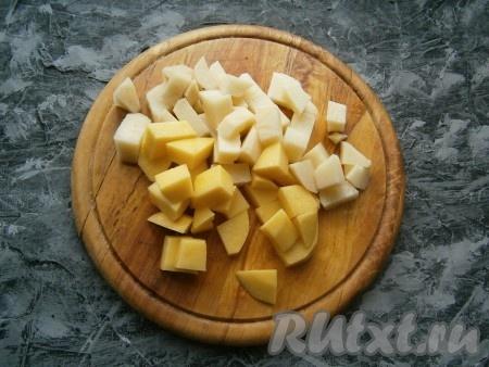 Картофель очистить и нарезать довольно крупными кубиками.