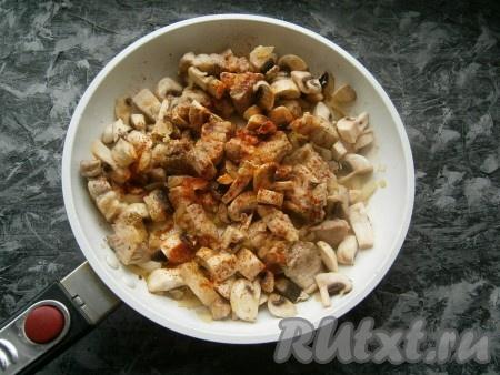 Обжарить мясо с луком до золотистости лука, добавить грибы, посолить, посыпать паприкой и перцем.