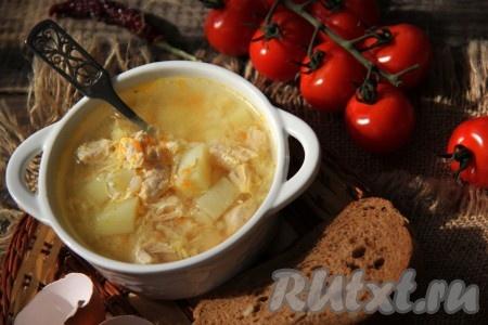 Подать вкусный, сытный куриный суп, приготовленный с рисом и яйцом, к столу. При подаче в тарелку можно добавить сметанку и рубленную зелень. Этот простой, насыщенный домашний супчик, наверняка, понравится любителям рисовых супов, попробуйте!