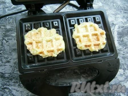Закрыть вафельницу и выпекать вафли из кабачков около 4-5 минут.