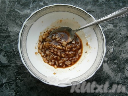 Хорошо перемешать соевый соус с луком и специями.