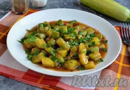 Подавать очень вкусные жареные кабачки, приготовленные в соевом соусе, можно и горячими, и охлажденными, щедро посыпав зеленью.