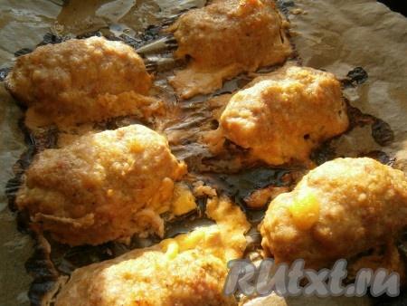 Запекать зразы с сыром в разогретой духовке при температуре 180 градусов около 35-40 минут.{amp}#xA;