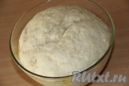 Тесто получится очень гладким и пластичным. Оставить тесто в миске, накрыв пищевой плёнкой (или полотенцем), на 1,5 часа в теплом месте. По прошествии времени тесто хорошо увеличится в объёме.