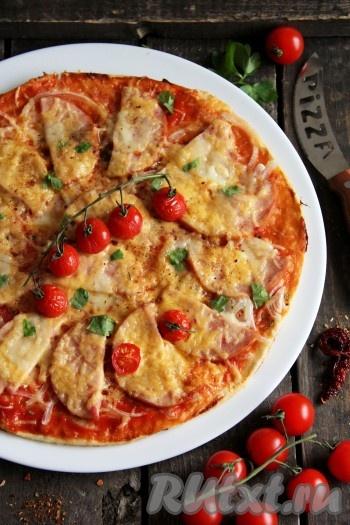 Эту пиццу лучше подавать к столу в горячем виде. Вот такая аппетитная, красивая и очень вкусная пицца с сыром и ветчиной получилась.