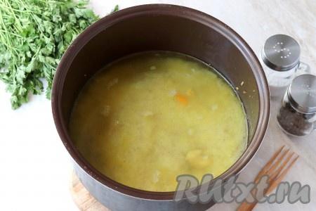 При необходимости, добавить ещё специй и залить рис горячей водой. Жидкость должна быть на 1,5-2 см выше риса (как на фото). Также в центр можно поместить целую головку чеснока. Для этого головку чеснока не нужно очищать, достаточно будет хорошо вымыть.