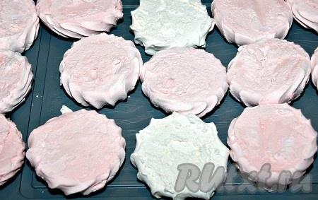 Обрезать у каждой зефиринки кончик, чтобы она приняла плоскую форму.