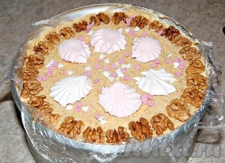 Обязательно утрамбовываем и украшаем наш зефирный торт на свой вкус.