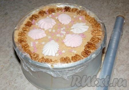 Верх торта затянуть пищевой пленкой и убрать зефирный торт в холодное место.