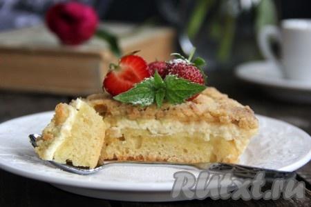 Готовый нежный, вкусный пирог с творогом и ревенем остудить, нарезать на кусочки и подать к столу. Смотрите, какой красивый этот пирог в разрезе!