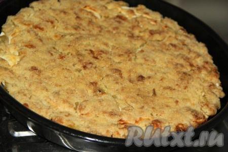 Поставить форму с пирогом в разогретую духовку и выпекать, примерно, 1 час при температуре 180 градусов.