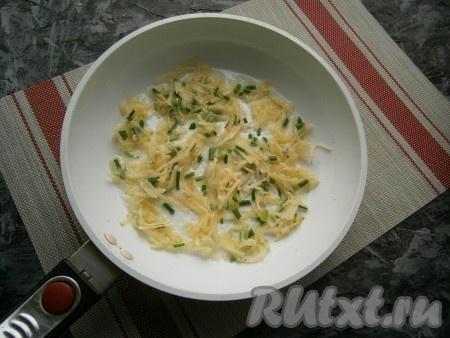 Сковороду (у меня сковорода диаметром 24 см) разогреть со столовой ложкой растительного масла, выложить 3-4 столовых ложки картофеля с луком, распределить его ровным слоем по всей сковороде.