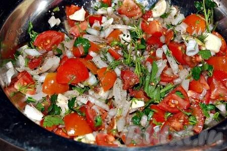 Перемешиваем лук, помидоры, зелень, добавляем нарезанный пластинами чеснок, соль, перец, выдавливаем лимонный сок.