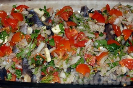 Полученной овощной смесью покрываем рыбу, подливаем воду.