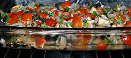 Отправляем форму с рыбой и овощами в разогретую духовку при температуре 190 градусов на 30 минут.