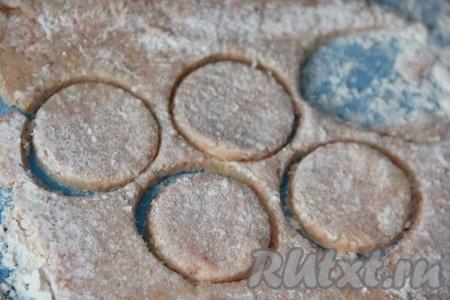 Верх теста припылить мукой и раскатать скалкой в пласт толщиной, примерно, 1-1,5 см. Если тесто будет сильно липнуть, добавьте немного муки. С помощью рюмки (или стакана) вырезать из картофельного теста кружочки.
