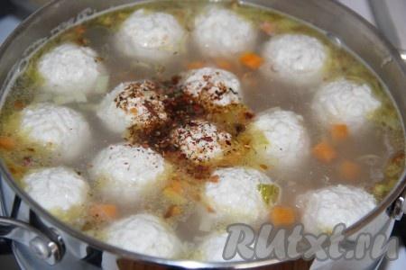 Затем добавить соль и специи по вкусу, довести до кипения, уменьшить огонь до минимума и потомить суп, примерно, 5 минут, а затем снять с огня.