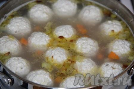 Когда картошка будет практически готова, выложить обжаренные овощи в суп с булгуром и фрикадельками, варить минут 5.