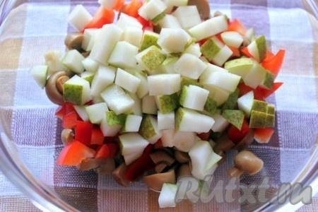Грушу если кожура жесткая, то грушу лучше очистить) для салата тоже нарезать кубиками.