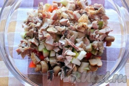 Куриное мясо порезать на небольшие кусочки.