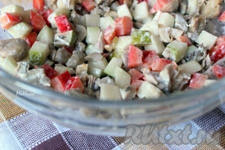 Маринованные шампиньоны, перец болгарский, грушу и курицу соединить, заправить салат майонезом и перемешать.