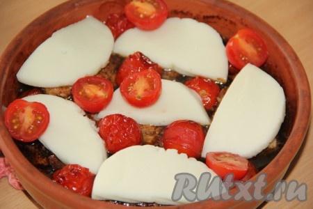 Твёрдый сыр нарезать на пластины. Оставшиеся свежие помидоры нарезать на дольки. Достать форму, выложить поверх курицы кусочки сыра и дольки помидоров, отправить в духовку ещё на 10 минут (до подрумянивания сыра).
