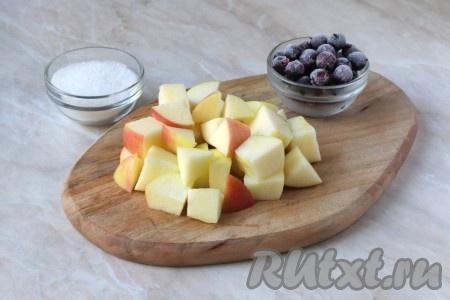 Яблоко вымыть, разрезать пополам и удалить семенную коробочку, после чего мякоть нарезать крупными кубиками. Для приготовления компота можно взять свежие или замороженные ягоды чёрной смородины. Если ягоды свежие, их нужно перебрать и отделить от веточек. Я использовала замороженные ягоды, их предварительно не размораживала. Ягоды промыть в холодной воде.{amp}#xA;