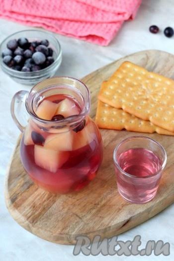 Разлить компот по стаканам и можно подавать на стол. В жаркое время года лучше охладить этот напиток, отправив его на пару часов в холодильник. Приятный вкус компота из яблок и чёрной смородины понравится и деткам, и взрослым, да и пользы в нём намного больше, чем в покупных напитках.{amp}#xA;