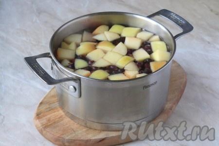 В кастрюле вскипятить воду и выложить подготовленные яблоко и чёрную смородину.{amp}#xA;