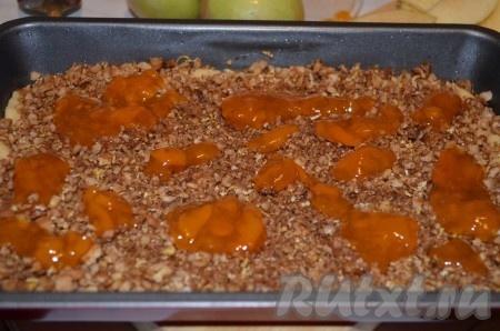 Сверху высыпать ореховую смесь, слегка смазать абрикосовым джемом.