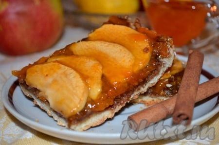 Ароматный пирог с абрикосовым джемом получается таким вкусным, что отказаться ещё от кусочка будет очень сложно!