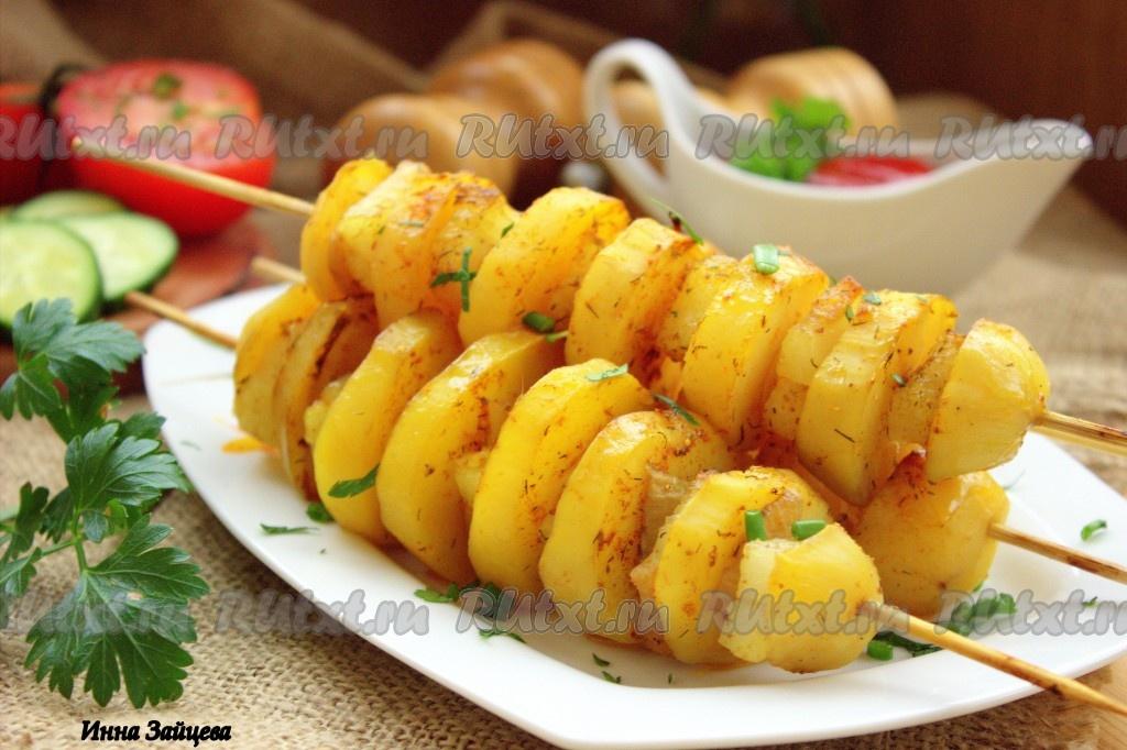 шашлык из курицы в духовке на шпажках с картошкой