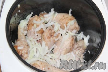 Очищенный лук, нарезанный полукольцами, выложить в чашу к обжаренным ножкам и готовить на режиме мультиварки {amp}quot;Жарка{amp}quot; в течение 5-7 минут, периодически перемешивая.{amp}#xA;