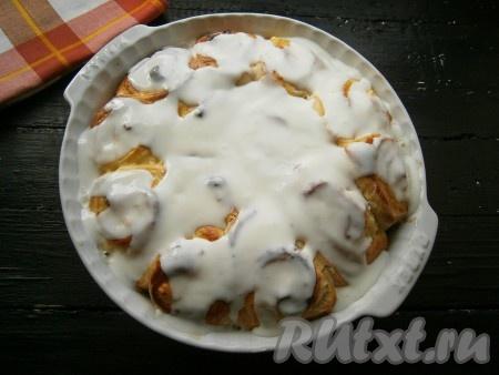 Залить сметанной смесью готовые горячие булочки.
