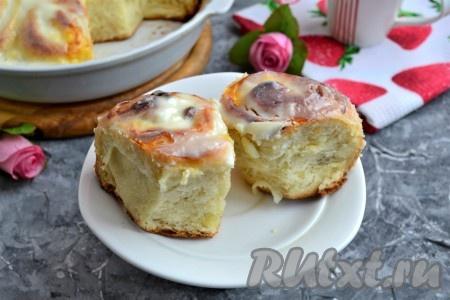 Невероятно вкусные, воздушные, нежные и ароматные булочки, приготовленные с творогом в сметанной заливке, подать к чаю.