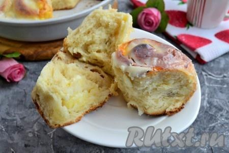 Невероятно вкусные, воздушные, нежные и ароматные булочки, приготовленные с творогом в сметанной заливке, подать к чаю. На фото булочки в разломе.
