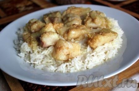 Подать рыбу можно с рисом, полив образовавшимся соусом из кокосового молока с добавлением карри.