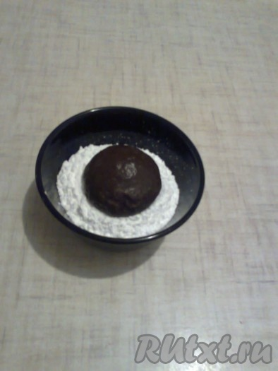 Делим тесто на одинаковые кусочки (у меня получились кусочки теста по 55 грамм), подкатываем их в шарики или раскатываем тесто в пласт толщиной 1-1,5 см и вырезаем стаканом пряники. Обмакиваем шарики с одной стороны в сахарную пудру.