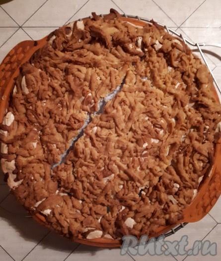Допечь пирог в духовке 40-45 минут при температуре 180 градусов (до золотистого цвета). Готовый яблочный пирог с безе вынуть из духовки и остудить.