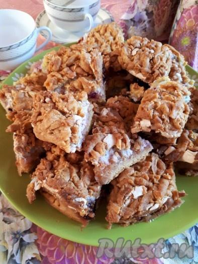 Остывший яблочный песочный пирог с безе нарезать на кусочки и подать к столу с чашечкой свежезаваренного чая.