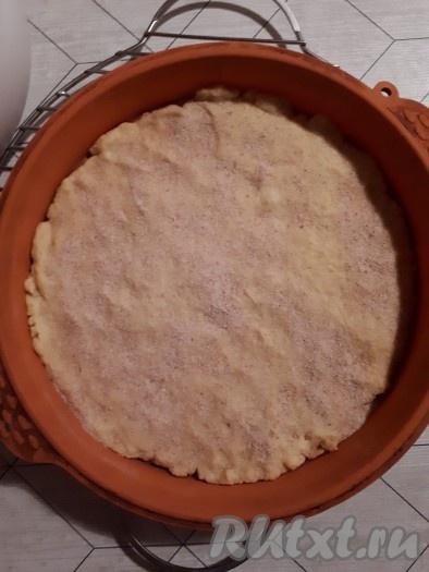 Поместить корж в духовку, нагретую до 180 градусов, и запекать 10 минут. Затем вынуть корж из духовки, остудить, посыпать панировочными сухарями.