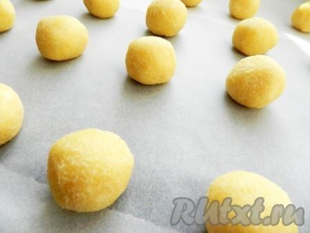 Противень застелить бумагой для выпечки. Из теста скатывать шарики размером с грецкий орех и выкладывать их на противень.