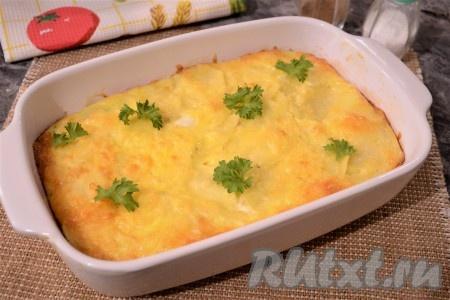 Духовку разогреть до 180 градусов, запекатькартошку под сыром с майонезом около 35-45 минут (до румяной корочки сверху и готовности картофеля). Это вкусное, нежное, сытное блюдо нужно подавать к столу в горячем виде, украсив зеленью и нарезав на части.