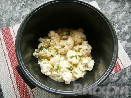 Цветную капусту в чаше мультиварки залить подготовленной смесью яиц и молока. Поместить чашу в мультиварку, крышку закрыть.