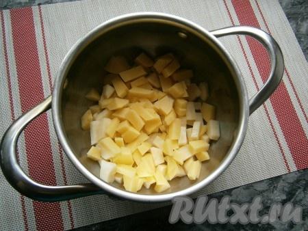 Очистить картофель, морковку, чеснок, свеклу, лук, вымыть. Нарезать картошку небольшими кубиками, поместить в кастрюлю.