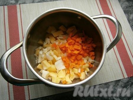 Сюда же добавить нарезанную маленькими кубиками морковь и также нарезанный репчатый лук.